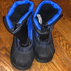 Snow boots! Little kids size 9. Black and blue.